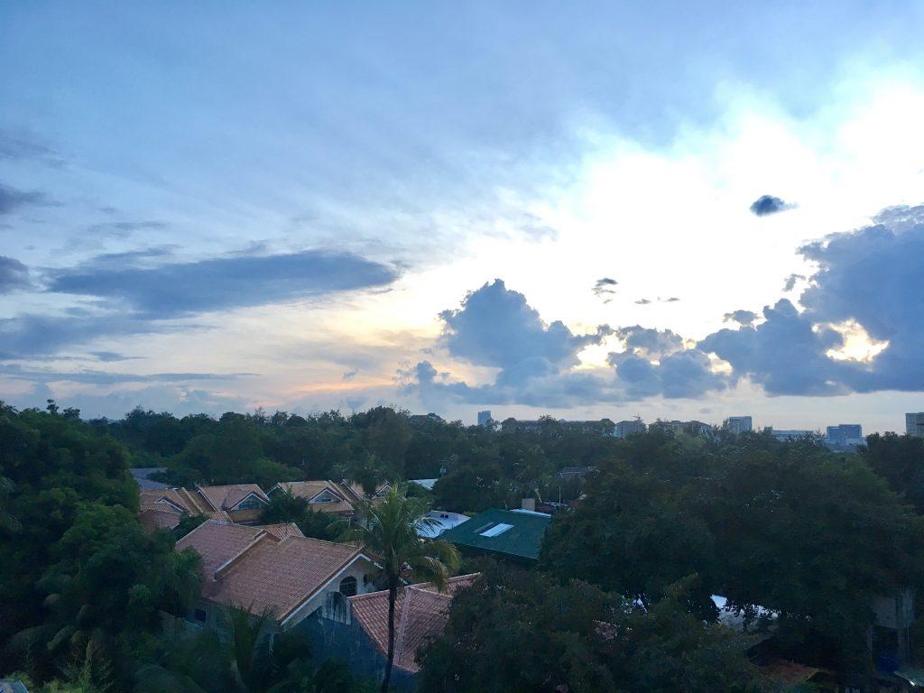 爽やかな朝を迎えたセブ島の様子をアクトハウスの拠点から撮影。周りはタウンハウス(フィリピンの邸宅)ばかりで閑静な住宅街です。