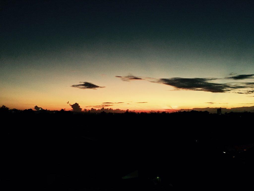 静寂に包まれるセブ島の早朝の光景。留学生活では早寝早起きを心がけている方も多いようですが、早朝にはこんなに素晴らしい景色を眺めることができるんです。早起きは三文の徳ですね。