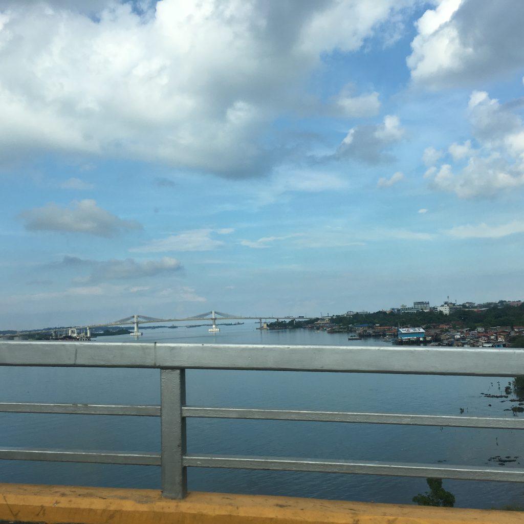 マクタン・セブ国際空港からセブシティに向かう「旧橋」から「新橋」方向を撮影した写真。留学生活の最初と最後、必ず見ることになる風景です。